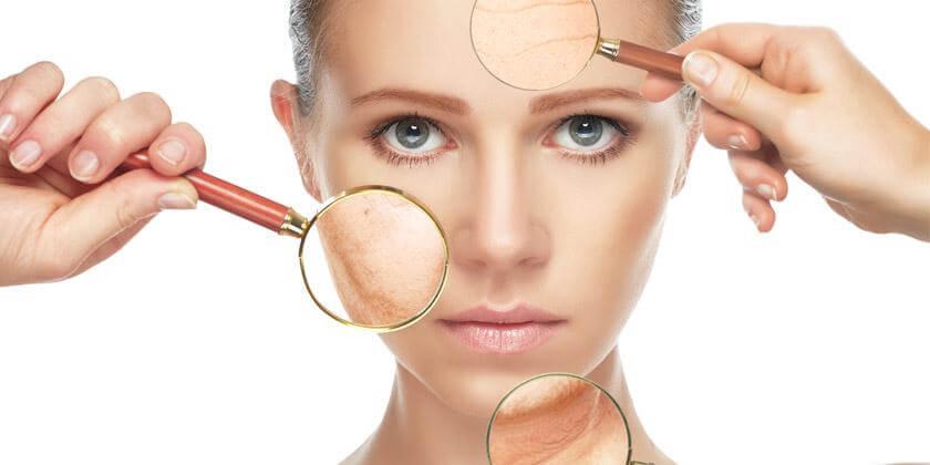 Mujer identificando su tipo de piel